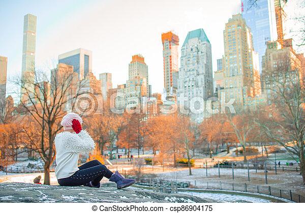 adorable, ville, nouveau, parc, central, girl, york - csp86904175