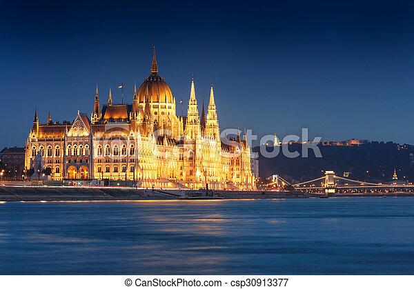 bâtiment, budapest, parlement, nuit, hongrois - csp30913377