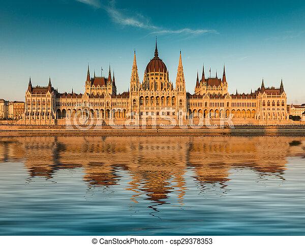 budapest, parlement, coucher soleil - csp29378353