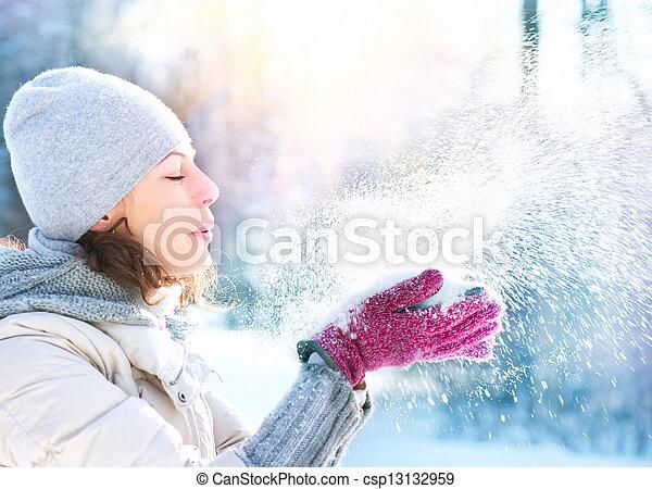 femme, souffler, hiver, neige, extérieur, beau - csp13132959