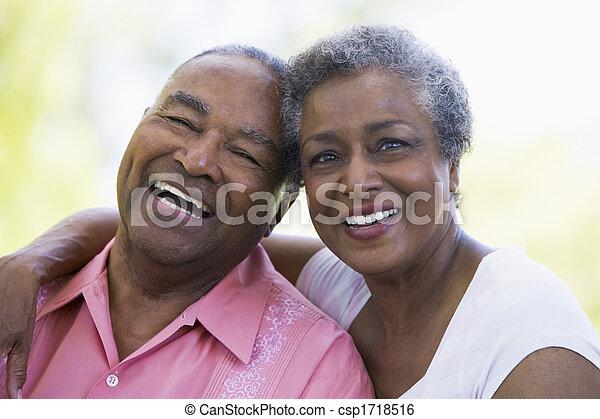 personne agee, séance, accouplez dehors - csp1718516