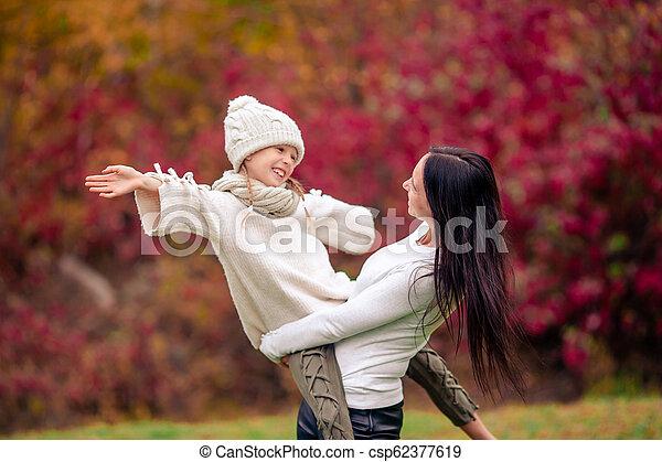 peu, parc, automne, maman, dehors, girl, jour - csp62377619