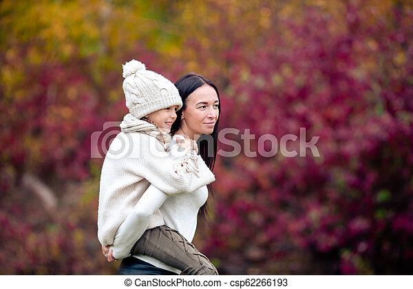 peu, parc, automne, maman, dehors, girl, jour - csp62266193