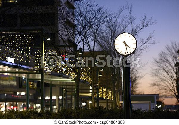 rue ville, nuit, horloge - csp64884383