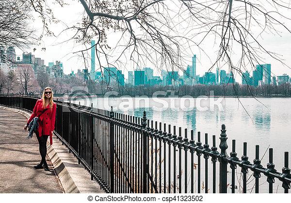 ville, marche, parc central, york, nouveau, girl, rivière, manhattan - csp41323502