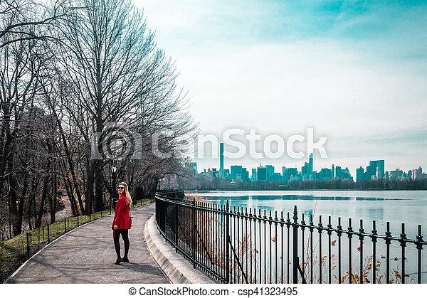 ville, marche, parc central, york, nouveau, girl, rivière, manhattan - csp41323495