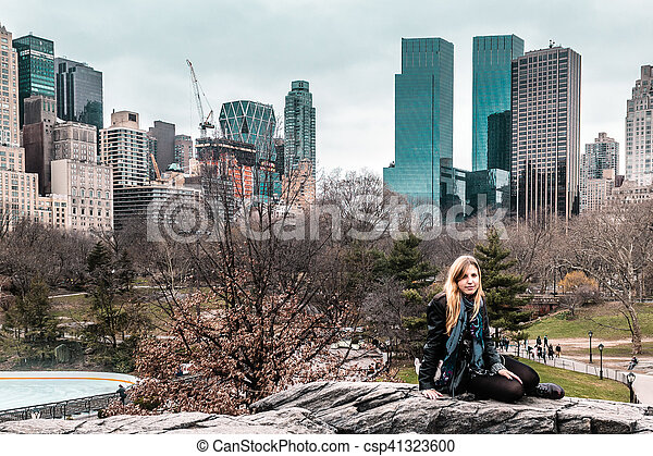 ville, parc central, arbres, york, devant, nouveau, manhattan, girl - csp41323600