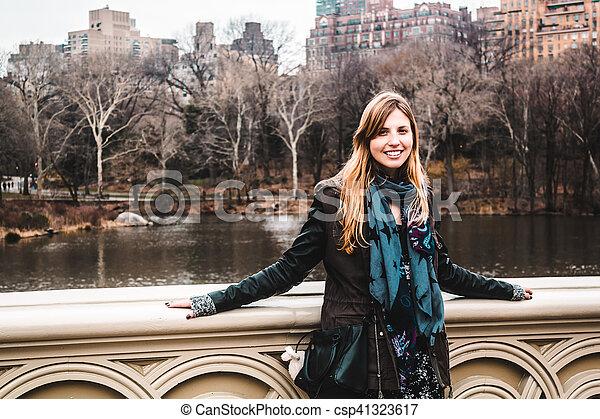 ville, parc central, arbres, york, devant, nouveau, manhattan, girl - csp41323617