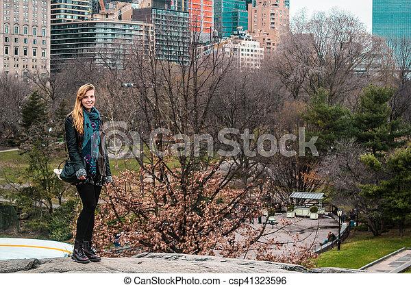 ville, parc central, arbres, york, devant, nouveau, manhattan, girl - csp41323596